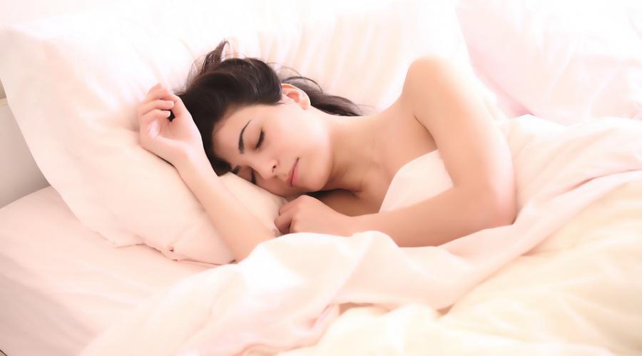 Une femme qui dort dans sont lit