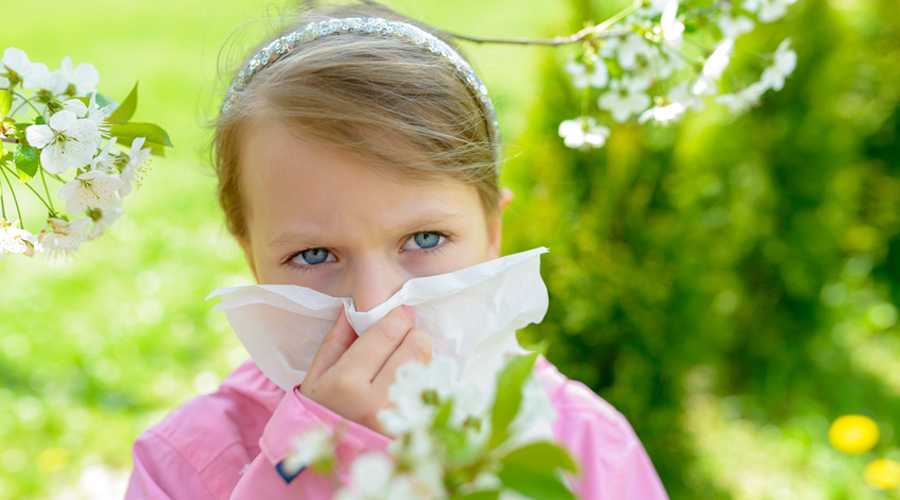 Une petite fille allergique dans un champ