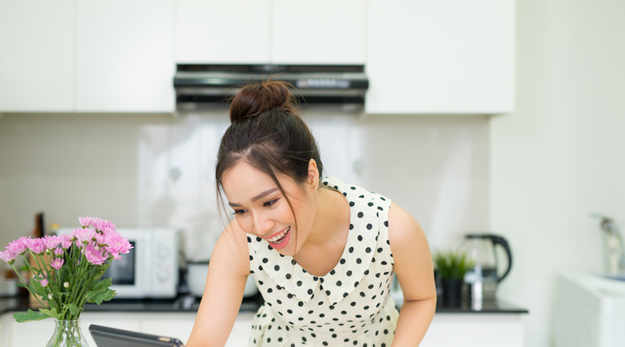 Une jeune femme qui cuisine