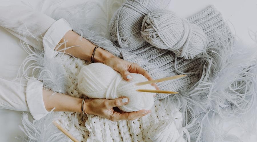 femme qui tricote