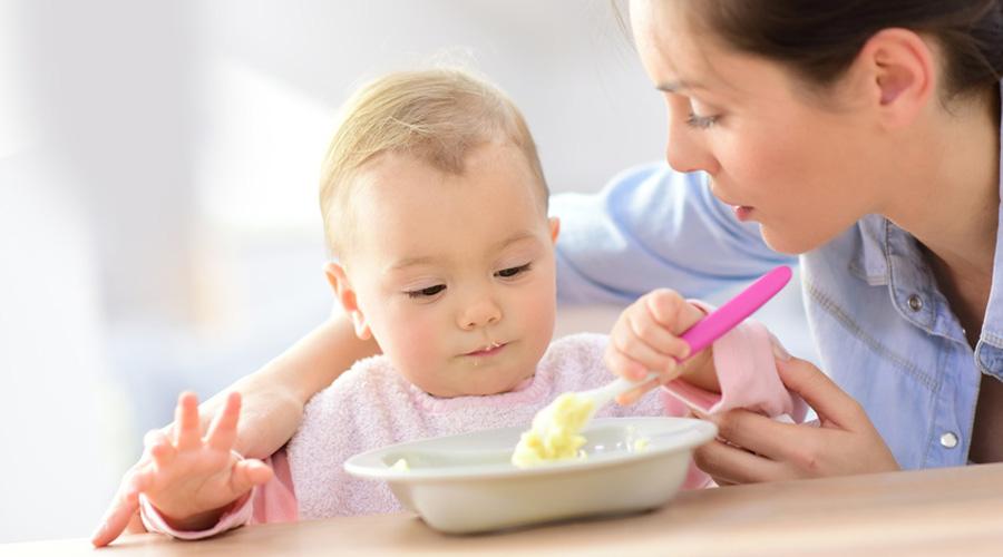 bébé purée bouillie à la cuillère
