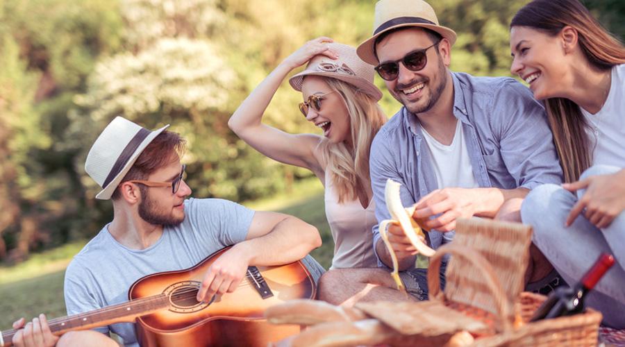 Amis dans un parc en train de pique-niquer
