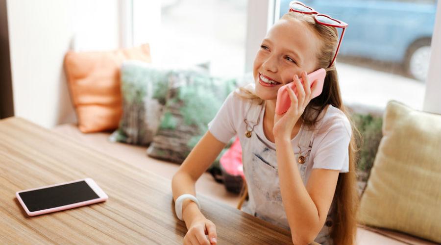 Adolescente qui téléphone