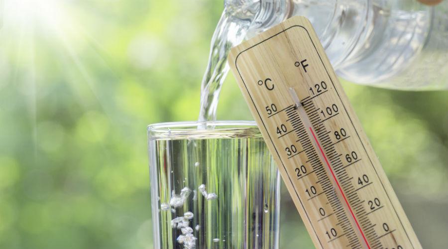 thermomètre et verre d'eau