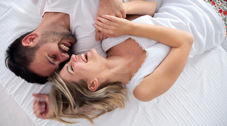 Couple épanoui lit