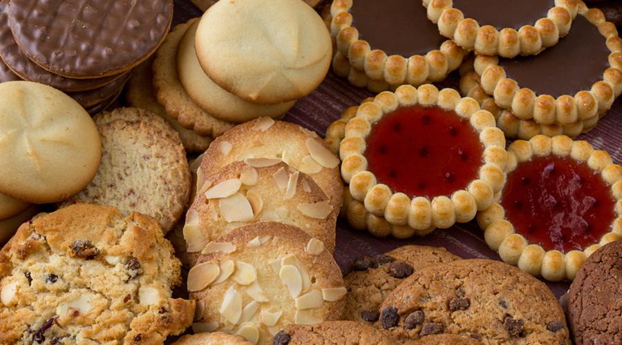 amas de biscuits posés sur une table
