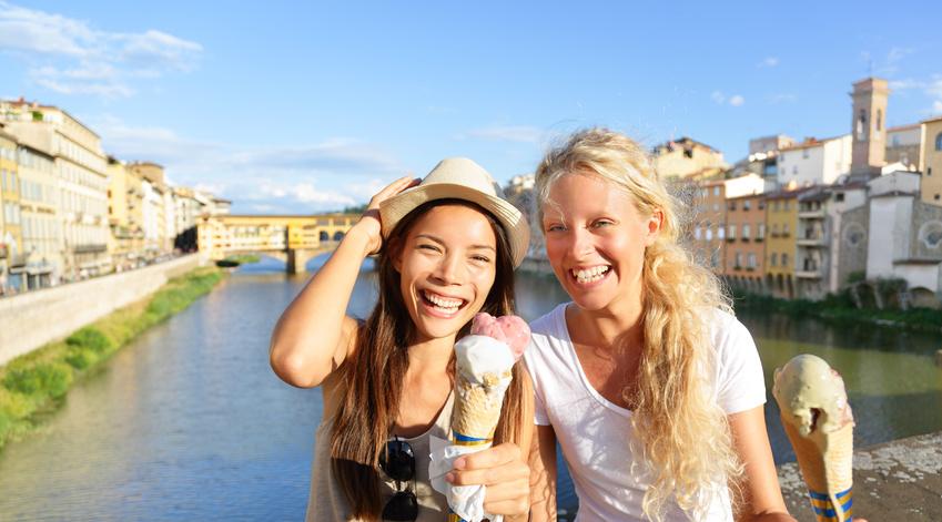 Touristes mangeant une glace à Florence