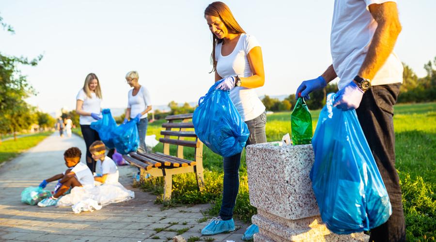 volontaires qui nettoient la ville