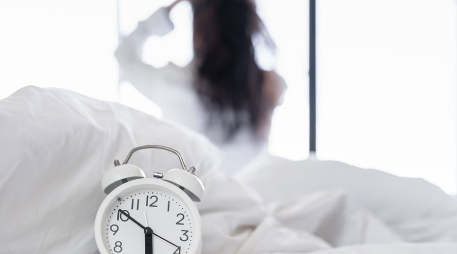 Femme et réveil
