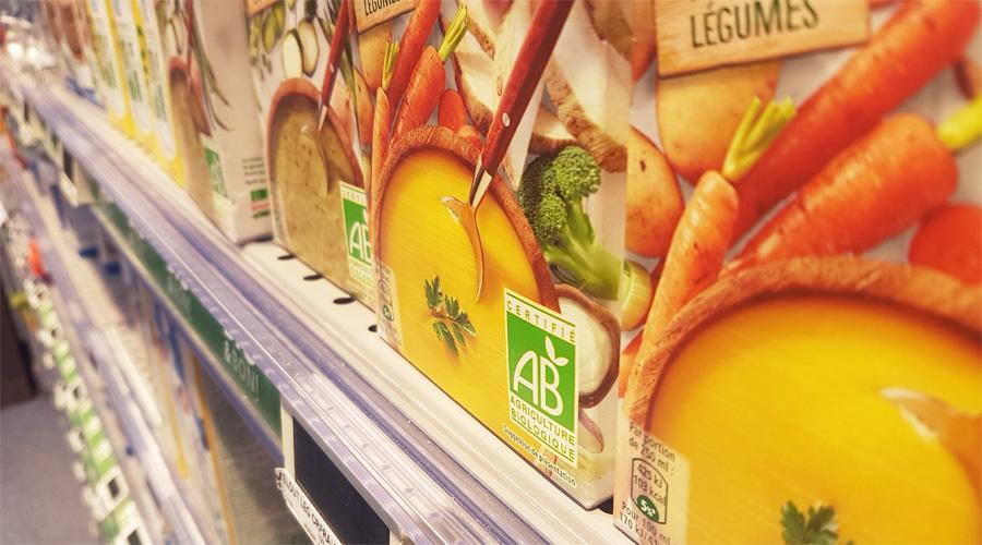 Produit bio dans un rayon de supermarché