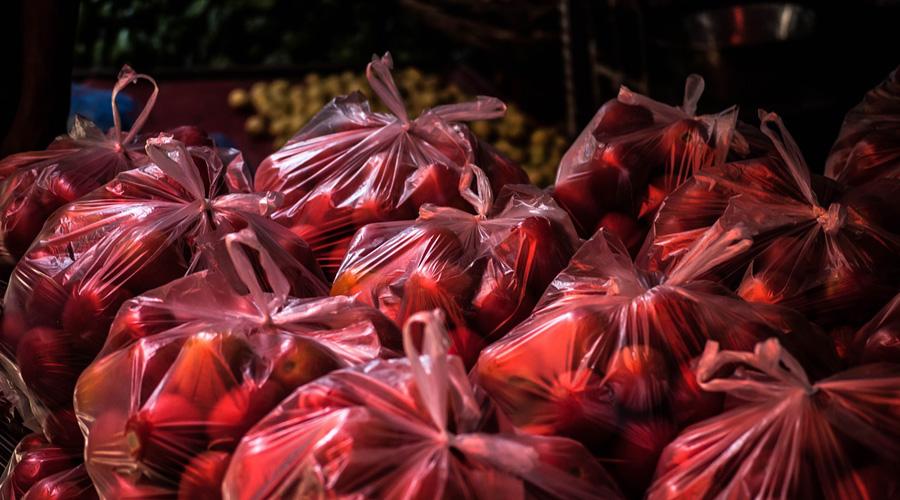 Deux ans après l'interdiction des sacs plastiques à usage unique, quel bilan ?