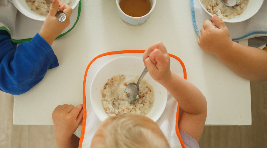 Bébés mangeant à la cantine à la crèche
