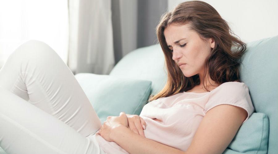 femme ayant mal au ventre