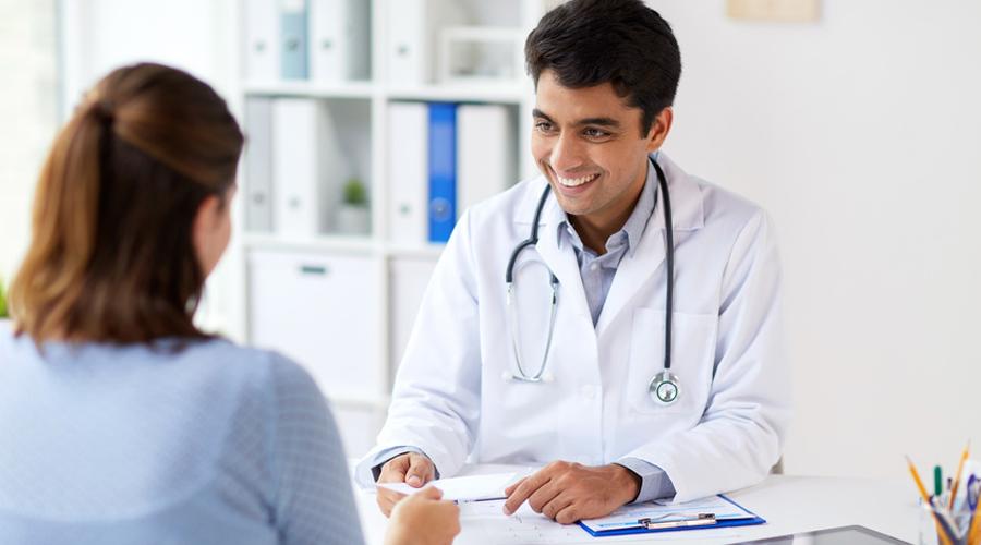 Médecin délivrant une ordonnance à sa patiente