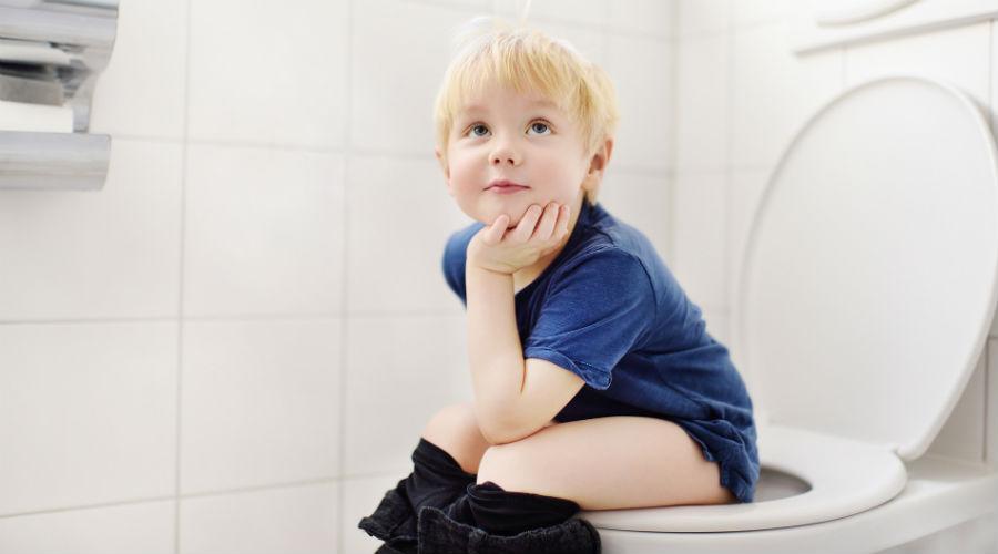 enfant sur les toilettes