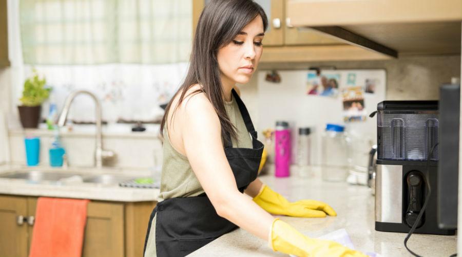 femme faisant la cuisine