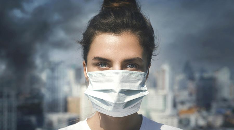 Jeune femme dans une zone polluée