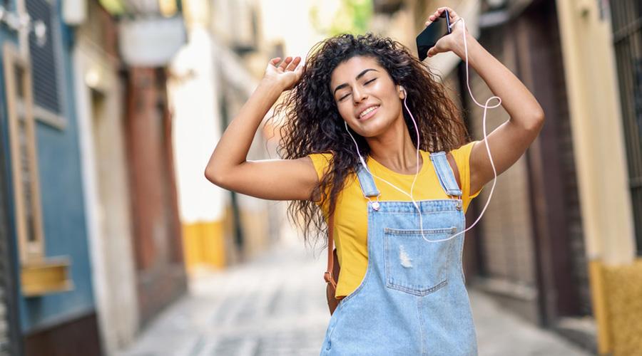 Une jeune femme écoutant de la musique dans la rue