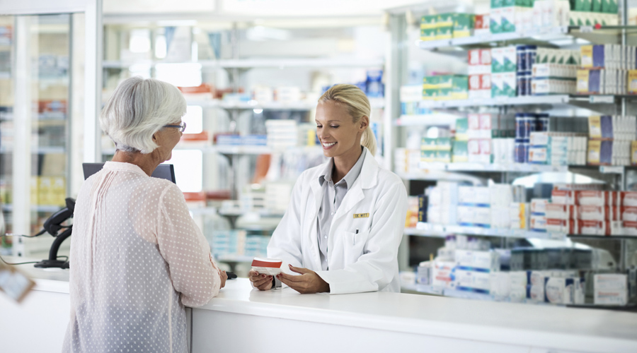Pharmaciens et clients dans une pharmacie