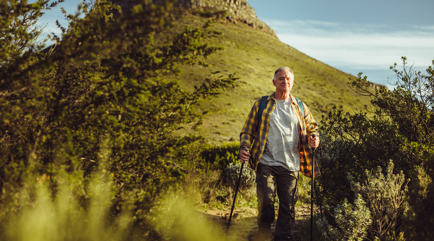 Un homme marchant en montagne.