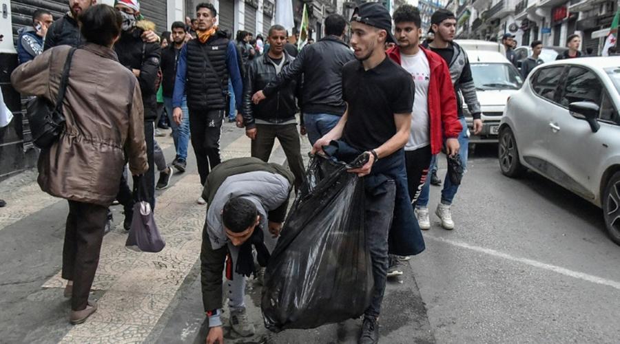 Manifestation en Agérie et nettoyage des rues