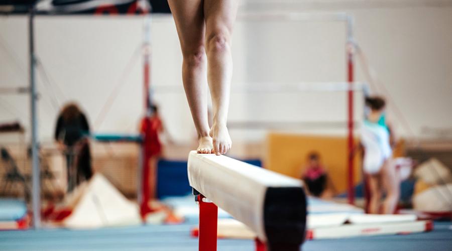 Une gymnaste sur une poutre