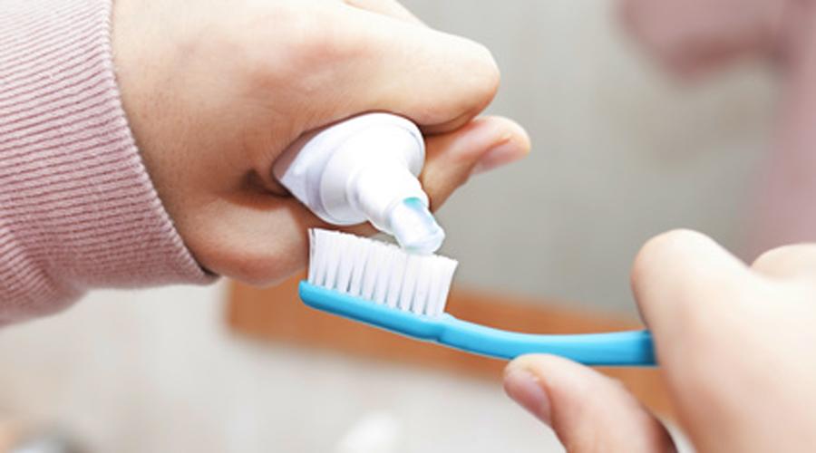 Le dioxyde de titane, controversé car il contient des nanoparticules, est largement présent dans les dentifrices