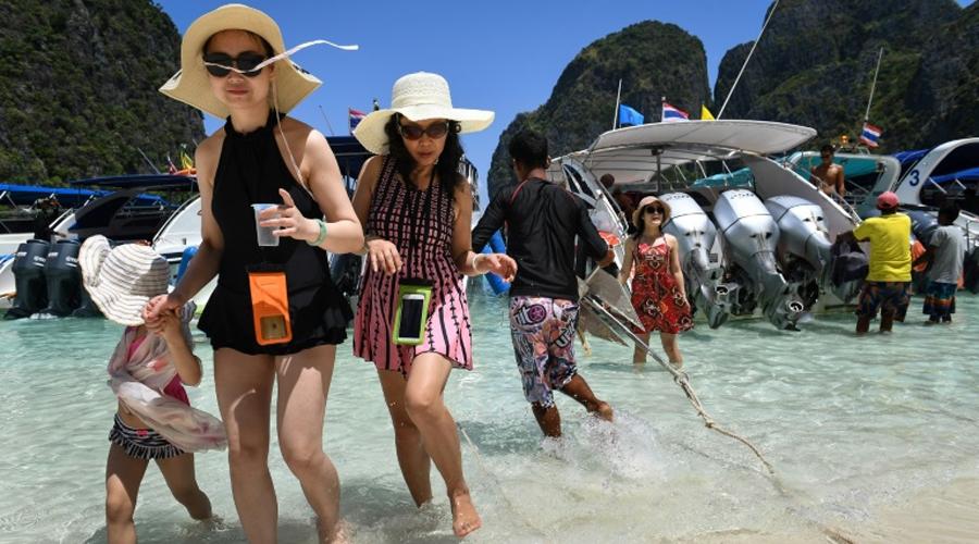 Touristes à Maya Baie