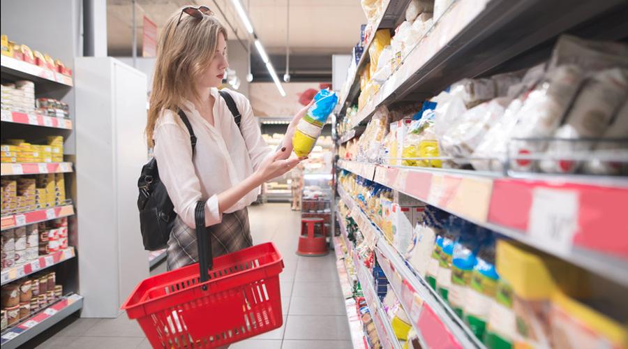Femme dans un supermarché