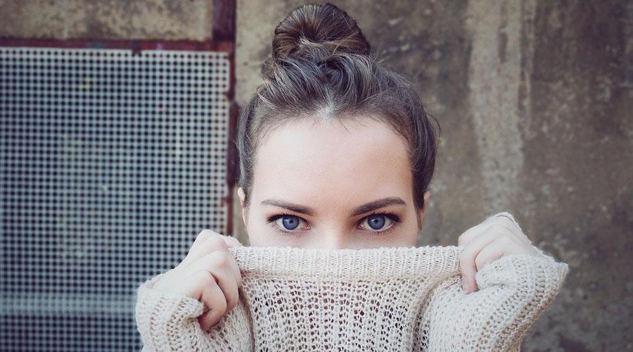 femme portant un pull