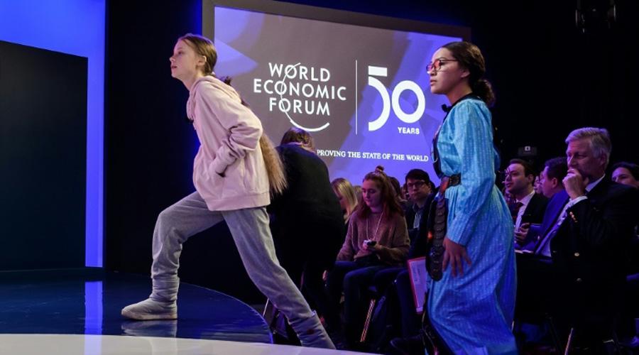 Photo d'archives du 21 janvier 2020 montrant les militantes écologiques Greta Thunberg (à gauche) et Autumn Peltier à Davos, en Suisse