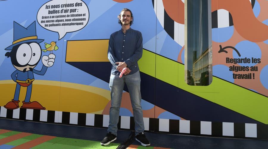 L'artiste français Zdey devant la boîte de purification conçue par Suez avec la société Fermentalg, spécialisée dans les micro-algues