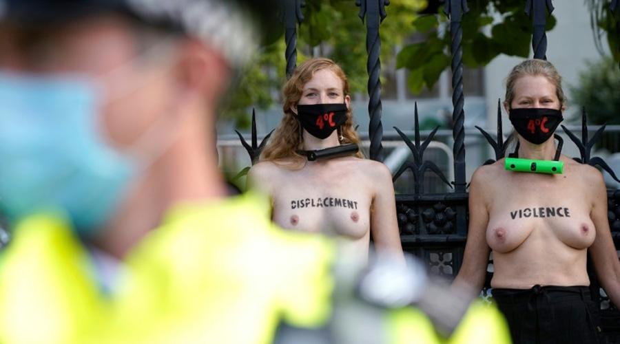 Des militantes d'Extinction Rebellion s'enchaînent seins nus au parlement britannique