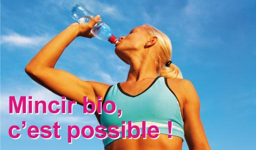 Femme sportive buvant de l'eau